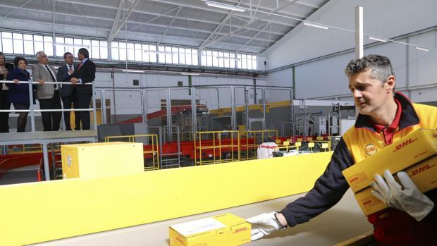 Uno de los trabajadores de DHL, en las nuevas instalaciones