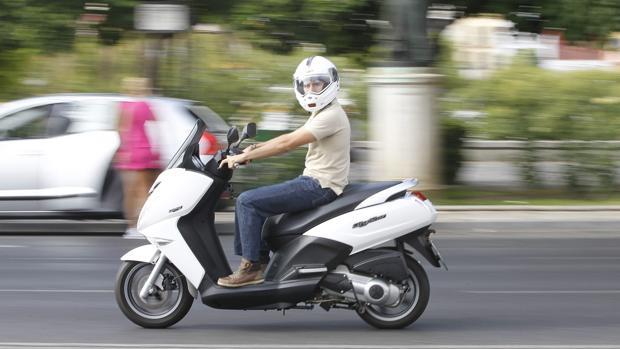 Un conductor circula con su motocicleta por Sevilla