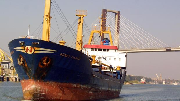 Un buque, junto al puente del Centenario