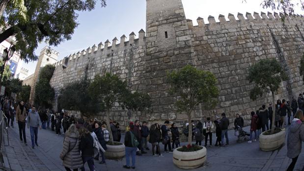 Cola de visitantes ante la puerta del Real Alcázar de Sevilla