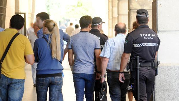 Varios policías procesados por el supuesto amaño de las oposiciones, en los juzgados de Sevilla