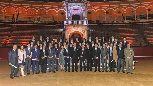 Foto de familia de la entrega de premios celebrada este martes en la Real Maestranza