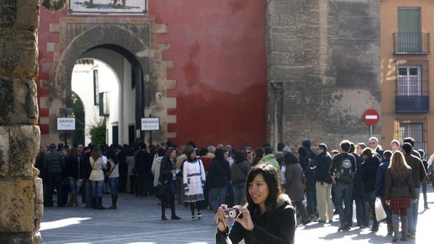 Cola de turistas ante la puerta del Real Alcázar de Sevilla