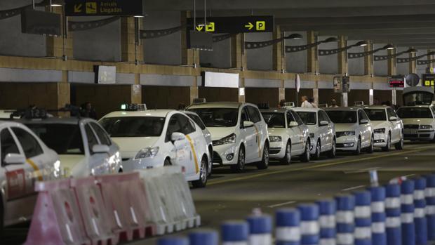 Taxistas estacionados en el aeropuerto de Sevilla