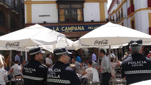 La Policía controlando los veladores de la Campana
