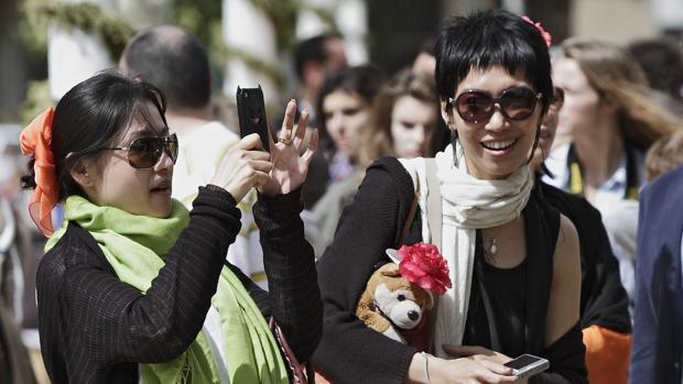 Algunas turistas asiáticas en el Real de la Feria de Abril de Sevilla