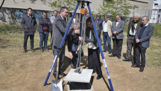 El alcalde Juan Espadas, y Belén Echevarría, de Ballesol, colocan la primera piedra de la residencia