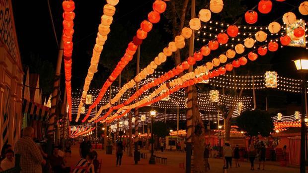 Farolillos iluinados en la Feria de Abril de Sevilla