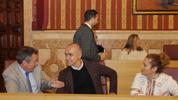 El alcalde con Antonio Muñoz y Adela Castaño en el Pleno de ayer