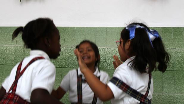 Unas niñas juegan en el colegio Angela Guerrero
