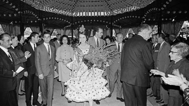 Los Príncipes de España en una caseta de la Feria en 1968