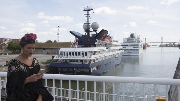 Los dos primeros cruceros que visitan la ciudad durante la Feria, reubicados en el muelle de Tablada