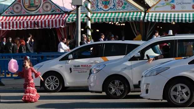 Los problemas para coger un taxi en la Feria comienzan al caer la noche