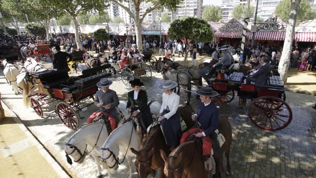 Una calle de la Feria de Abril repleta de caballistas