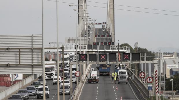 El puente del Centenario, donde han detenido a los individuos que llevaban ropa robada