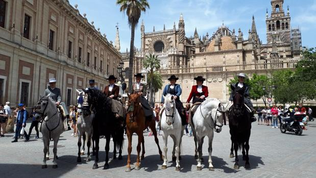 Las amazonas acudieron a una recepción en la Caseta Municipal de Sevilla