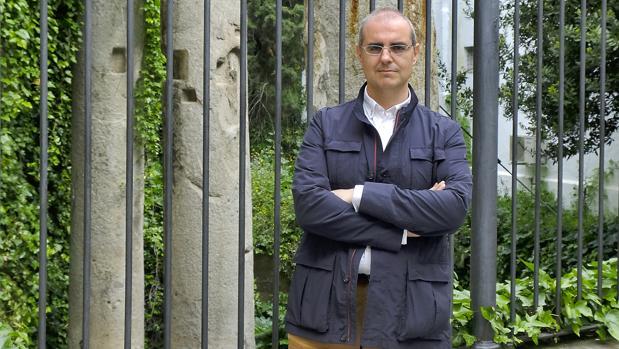 El arquéologo Daniel González Acuña ante las columnas de la calle Mármoles