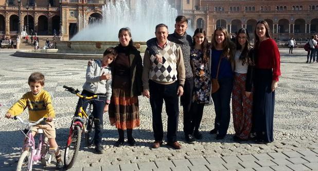 Imagen al completo de la familia Marín-Gayte en la Plaza de España