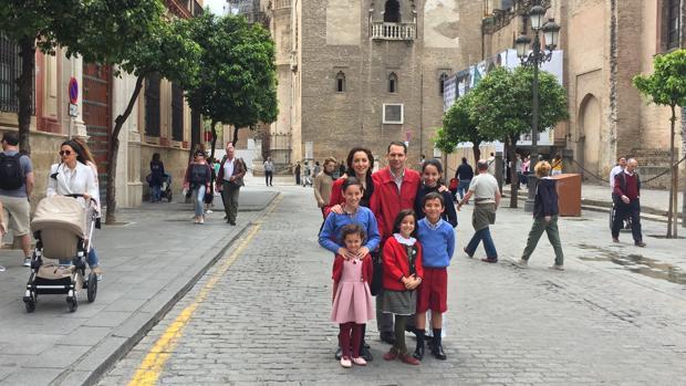 Amalia Serrano y Jesús Candau tienen cinco hijos de edades entre 5 y 13 años