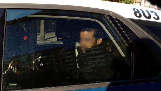 Coche de la Policía que traslada a dos de los cinco acusados de 'la manada'