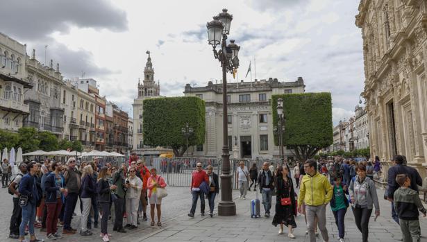 Varios turistas en el entorno del Ayuntamiento
