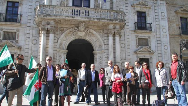 Imagen de archivo de los profesores frente al rectorado