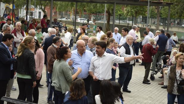 El candidato del PP a la Alcaldía de Sevilla, Beltrán Pérez, conversa con vecinos de Huerta de Santa Teresa