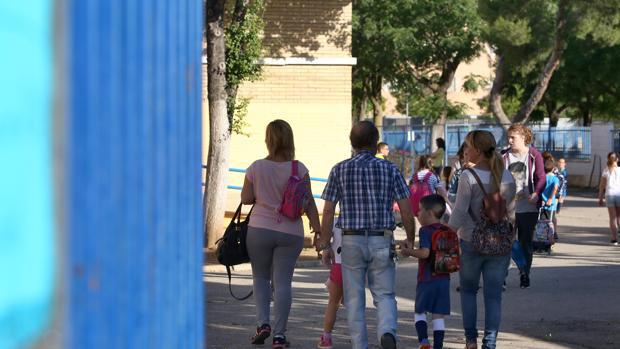 Unos padres llevan a sus hijos al colegio