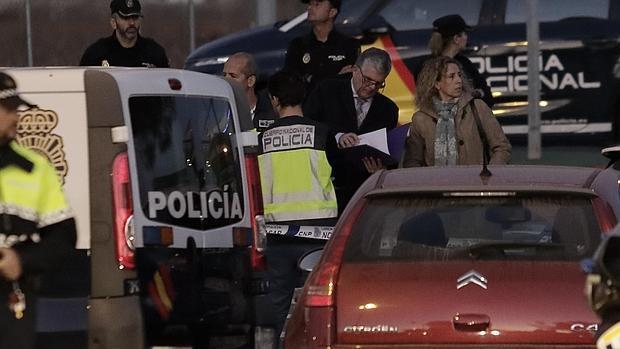 La policía científica inspecciona un vehículo en la gasolinera