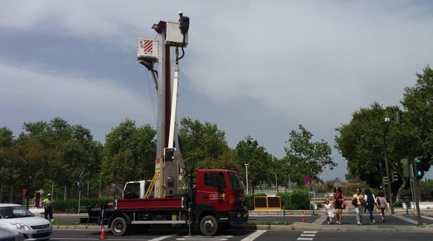 El ayuntamiento de sevilla renueva el alumbrado para for Cartelera avenida sevilla