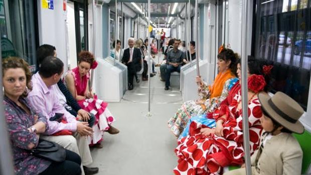 En la imagen, viajeros de la línea 1 del Metro de Sevilla se trasladan a la Feria