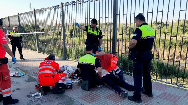 Momento en el que la Policía y el 061 estabiliza al infartado
