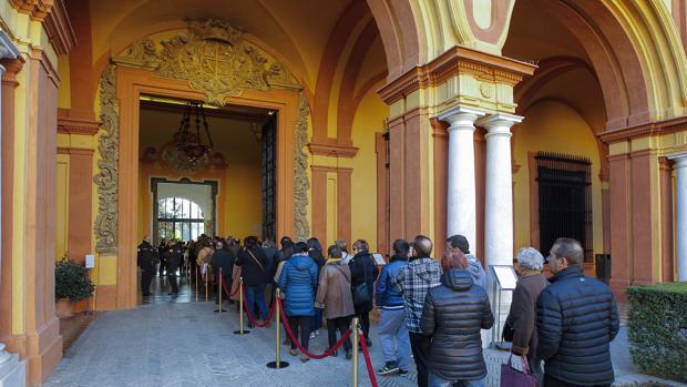 Cola de acceso al Alcázar para grupos organizados