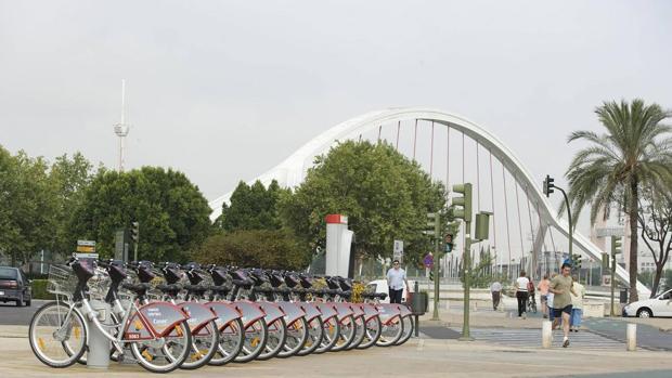 Estacionamiento de bicicletas de Sevici junto al puente de la Barqueta