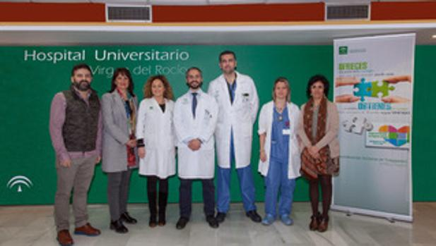 Juan José Egea, en el centro, con el equipo de coordinación de trasplantes del hospital Virgen del Rocío