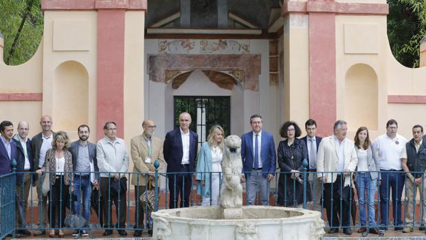 El alcalde, en el centro, presentando la rehabilitación del Cenador del León