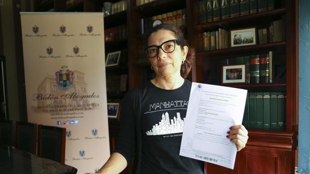 Asunción González Peñaloza con la sentencia judicial favorable a sus pretensiones