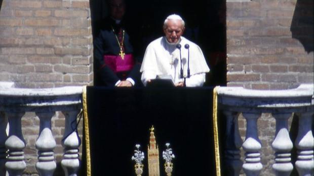 El Papa Juan Pablo II asomado al balcón de la Giralda