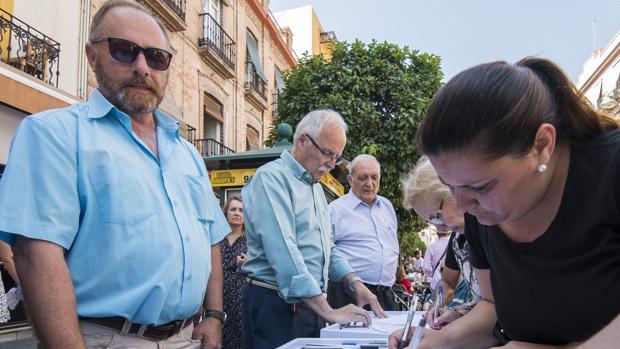 Antonio del Castillo, esta misma semana, durante una recogida de firmas en Sevilla por la prisión permanente revisable