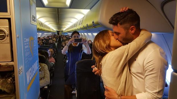 Manu Torres y Pilar Ossio este jueves en el vuelo Sevilla-Verona