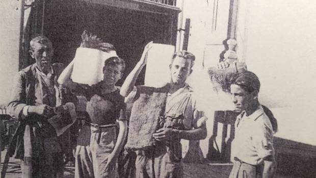 Repartidores con las barras heladas al hombro en 1950