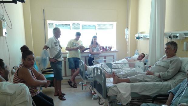 Enfermos y familiares en una habitación del hospital Macarena