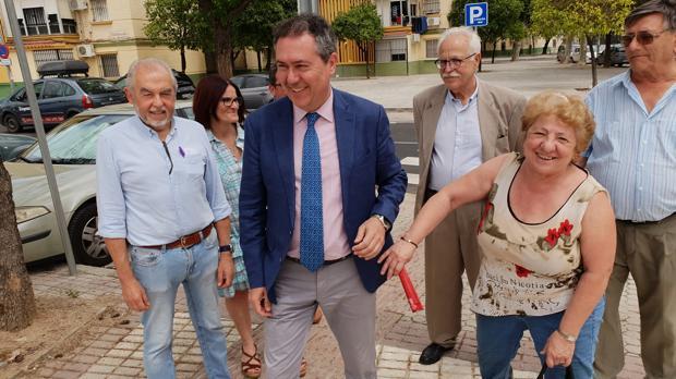 El alcalde, Juan Espadas, con vecinos del Tiro de Línea