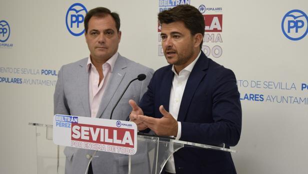 El portavoz del PP, Beltrán Pérez, junto al concejal Jaime Ruiz