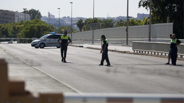 Agentes de la Policía Local de Sevilla cierran el puente de las Delicias en una imagen de archivo
