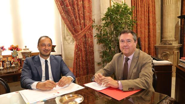 Alfonso Rodríguez Gómez de Celis y Juan Espadas, en el Ayuntamiento