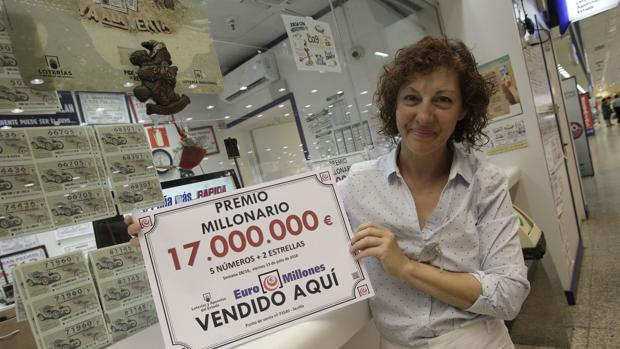 La encargada de dar los 17 millones de euros, Mari Ángeles Chacón