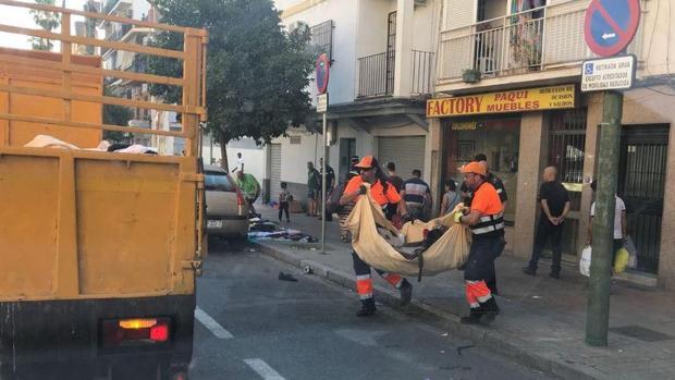 Efectivos de Lipasam recogiendo diversos residuos en las calles de la ciudad