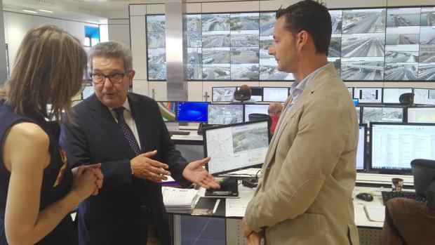 El subdelegado del Gobierno en Sevilla, Carlos Toscano, en su visita al Centro de Gestión de Tráfico