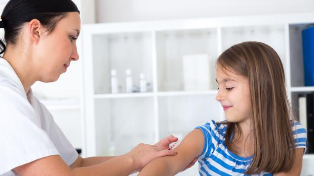 Una niña recibe una vacuna